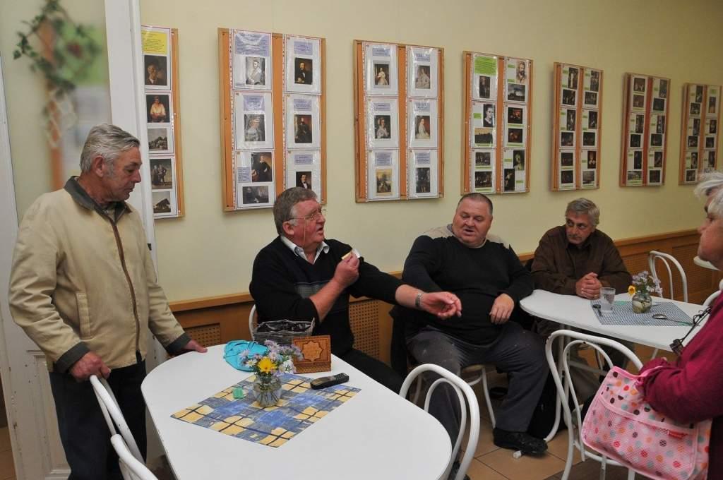 Az Idősek Világnapi programra sorsoltunk jegyeket a nyugdíjas klub tagjai között