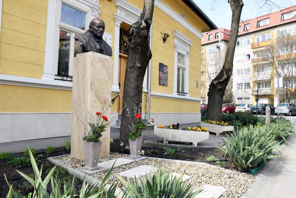 Virágok a Karol Wojtyla Barátság Központ kertjében