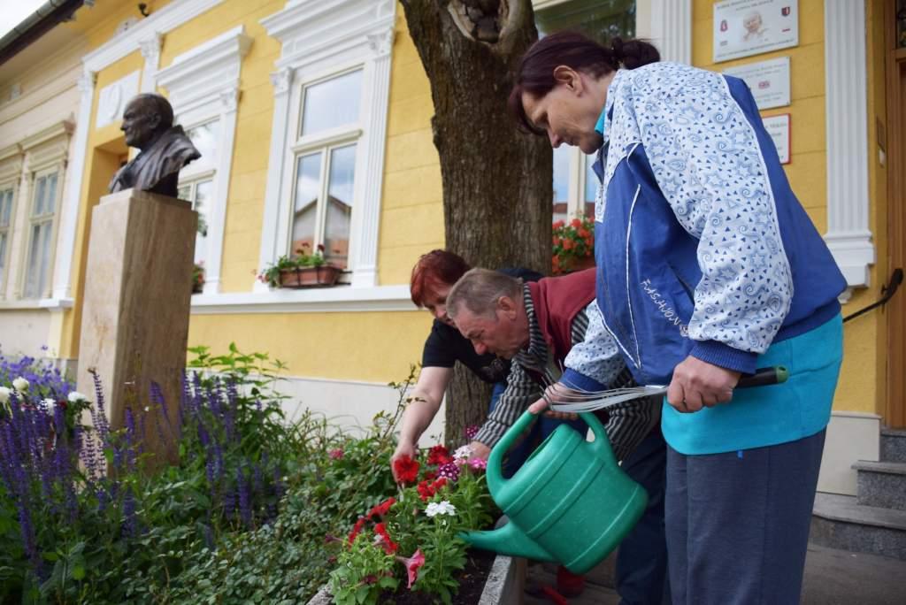Egynyári virágokat kapott a Wojtyla Ház