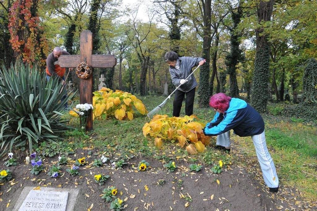 Halottak napjára rendbe tettük Révész István emlékművét