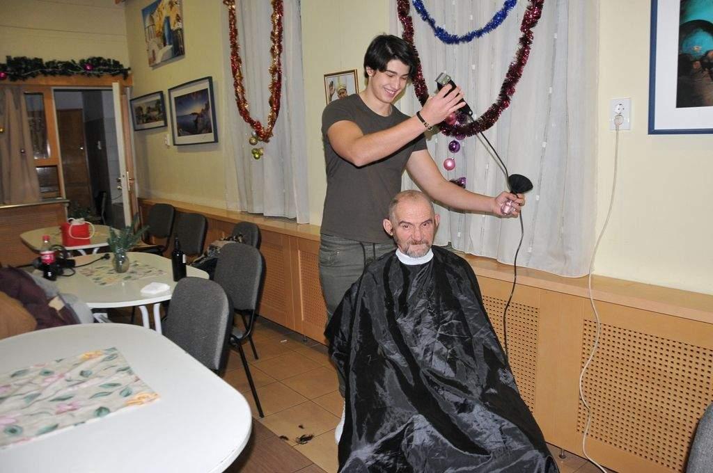 Önkéntes fodrászok hajszobrászkodtak a Wojtyla Központban