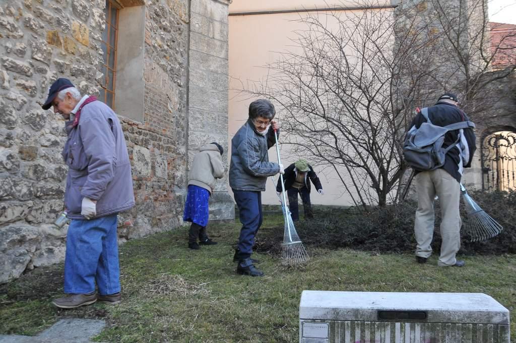 Fáradhatatlanul takarítanak a wojtylások a főtéri Romkertben