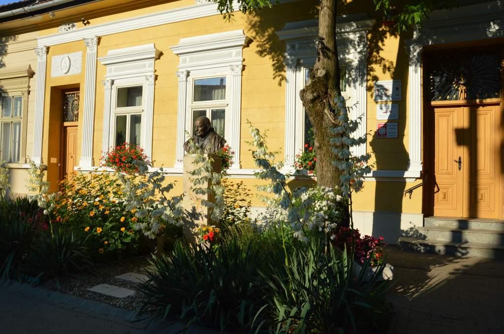 Felfrissültek a Wojtyla Ház virágai a nyári melegben
