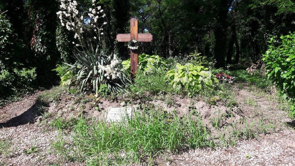 Révész István síremlékét virágoztatta fel a Wojtyla Ház önkéntesei