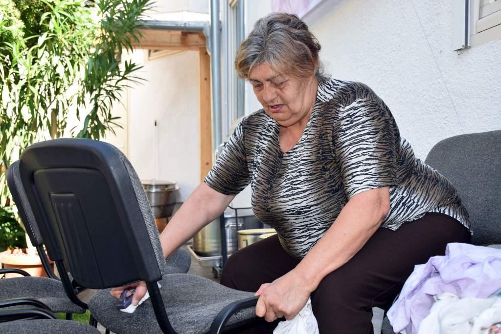 Patyolattisztára varázsolta az étkezde székeit a Wojtyla Ház önkéntese