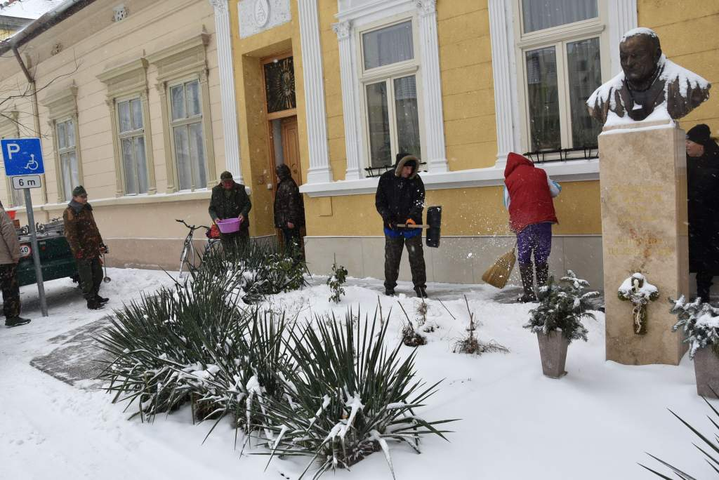 Tiszták a Wojtyla Ház előtti járdák