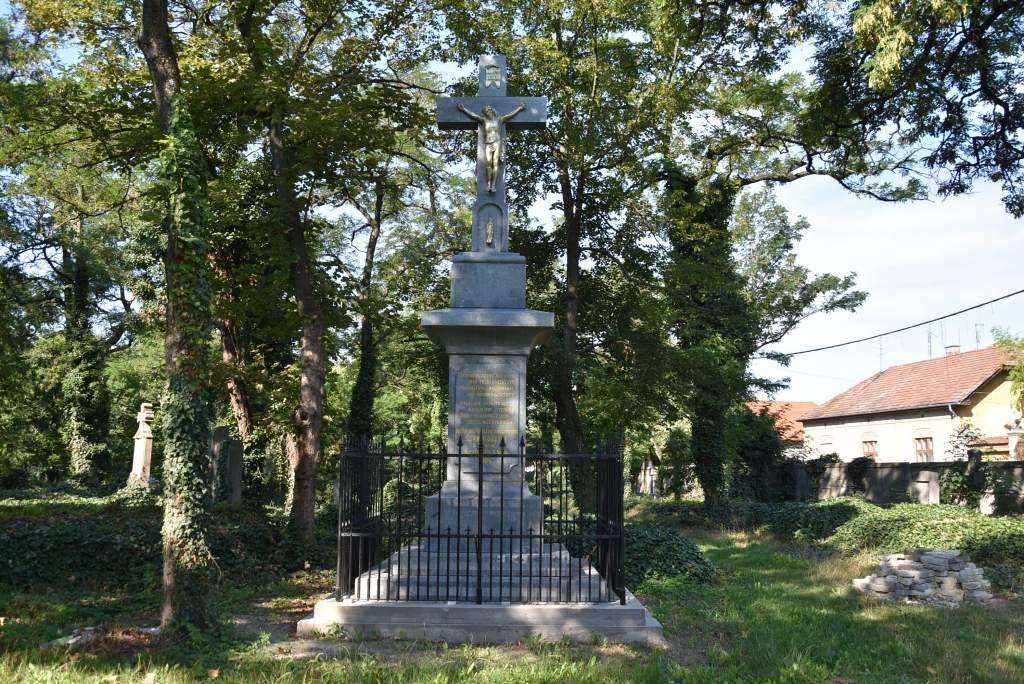 Felszentelik a Szentháromság temető megújult Krisztus-keresztjét