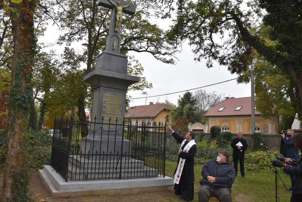 Keresztáldás a Szentháromság temetőben