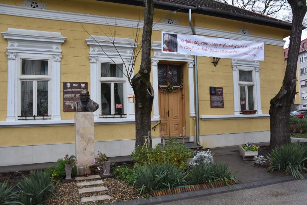 Új molinó a Wojtyla Ház előtt
