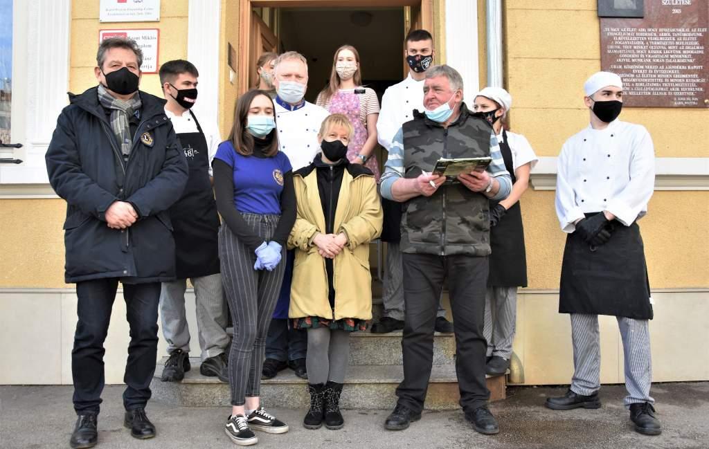 A Kecskeméti Szent László Lions Club támogatásával jutottak ebédhez a Wojtyla Ház szegényei