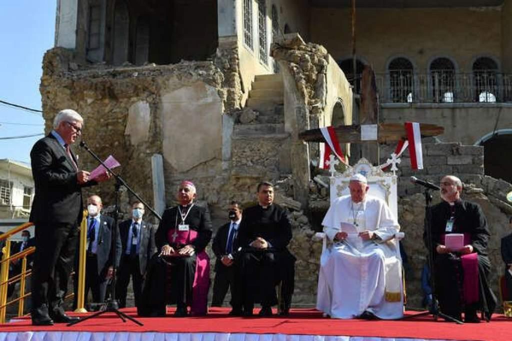 Felgyújtott templomok padjaiból készült kereszt várta a pápát Moszulban