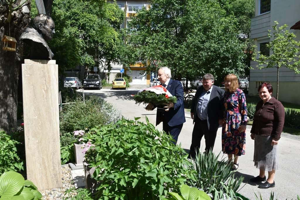 A lengyel nagykövet koszorúzott a Wojtyla-szobornál