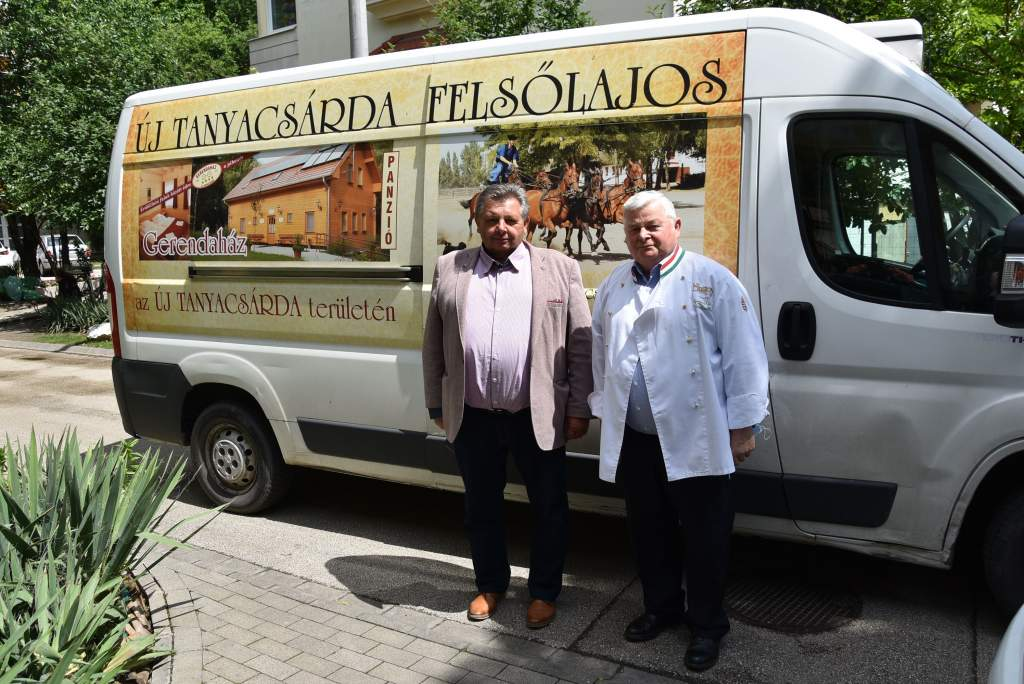 Helvécia polgármestere osztott ebédet a Wojtyla Házban