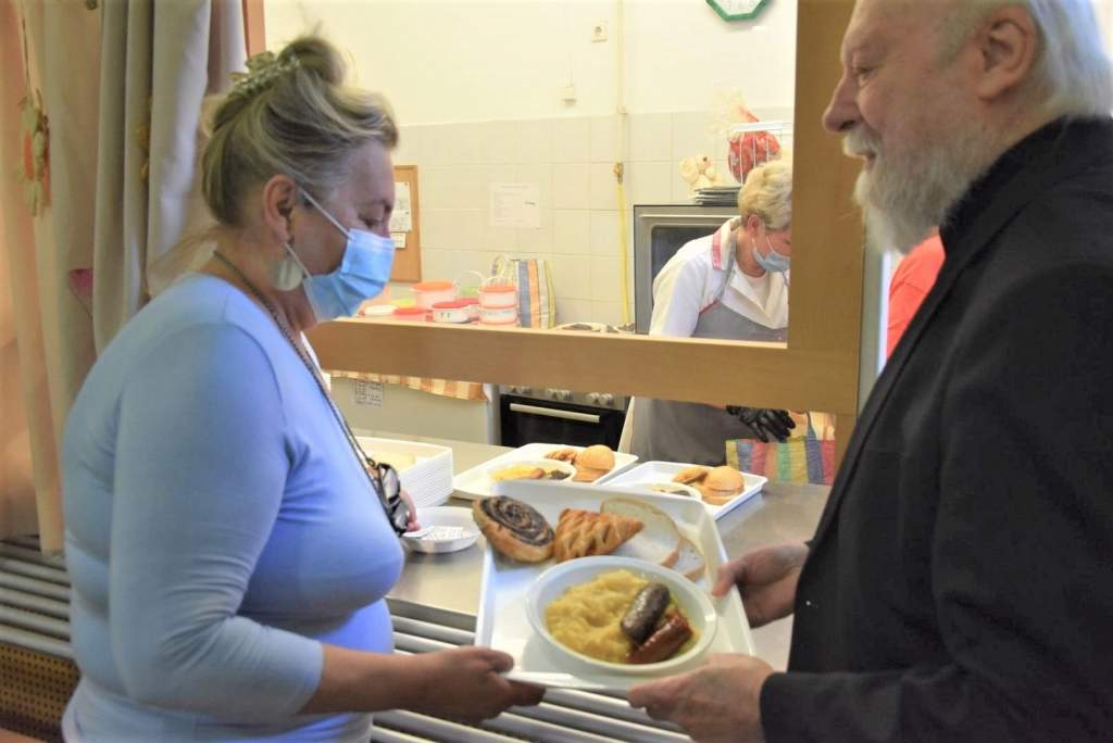 Kovács Zoltán és családja adományozott ételt a szegényeknek