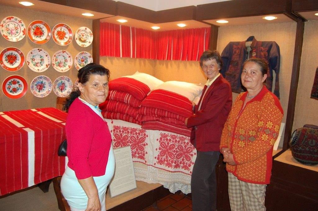 Bőrész kiállítás: A Népi Iparművészeti Gyűjteménybe látogatott el a Wojtyla család