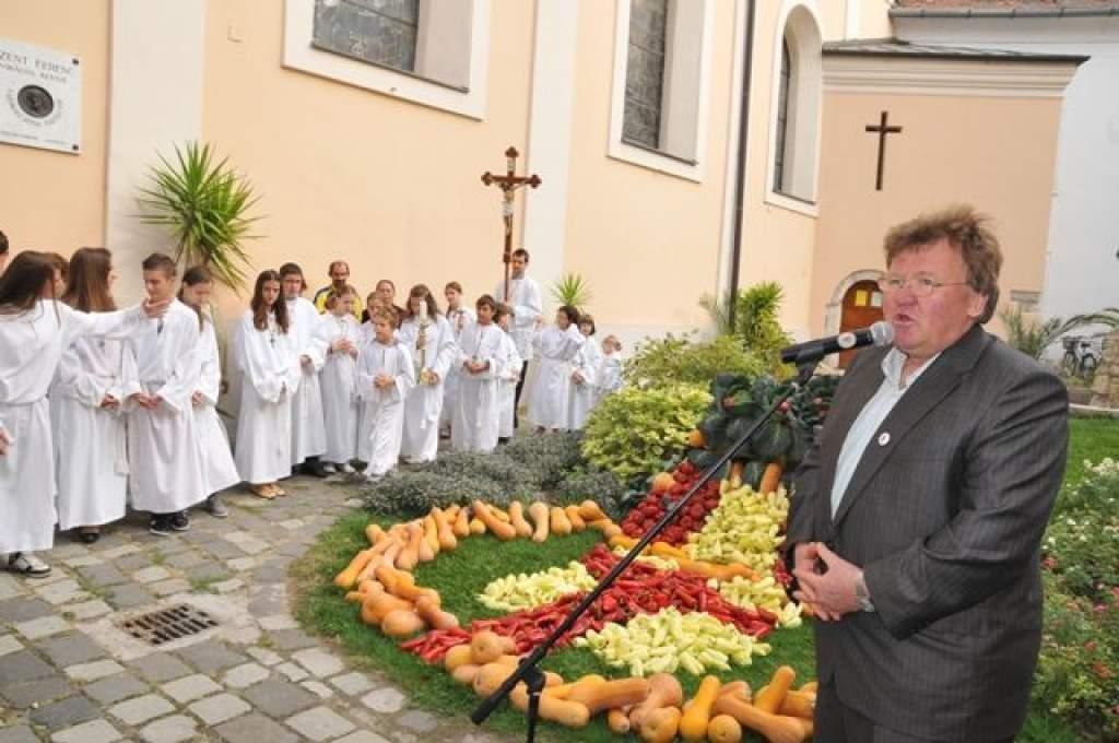 Szent Ferenc elé vitték a szegényeknek szánt  adományokat - az érsek úr mondta az áldást és a köszönetet