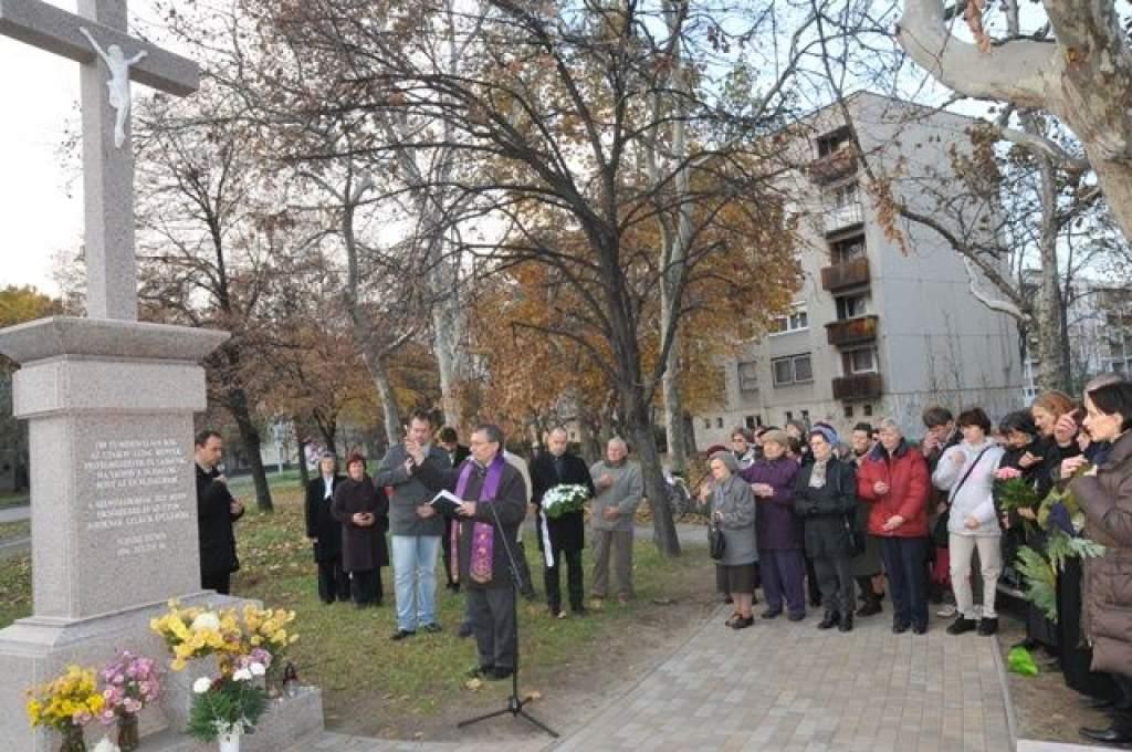 Újra a régi helyén félévszázados várakozás után a Rávágy téri kereszt-VIDEÓVAL