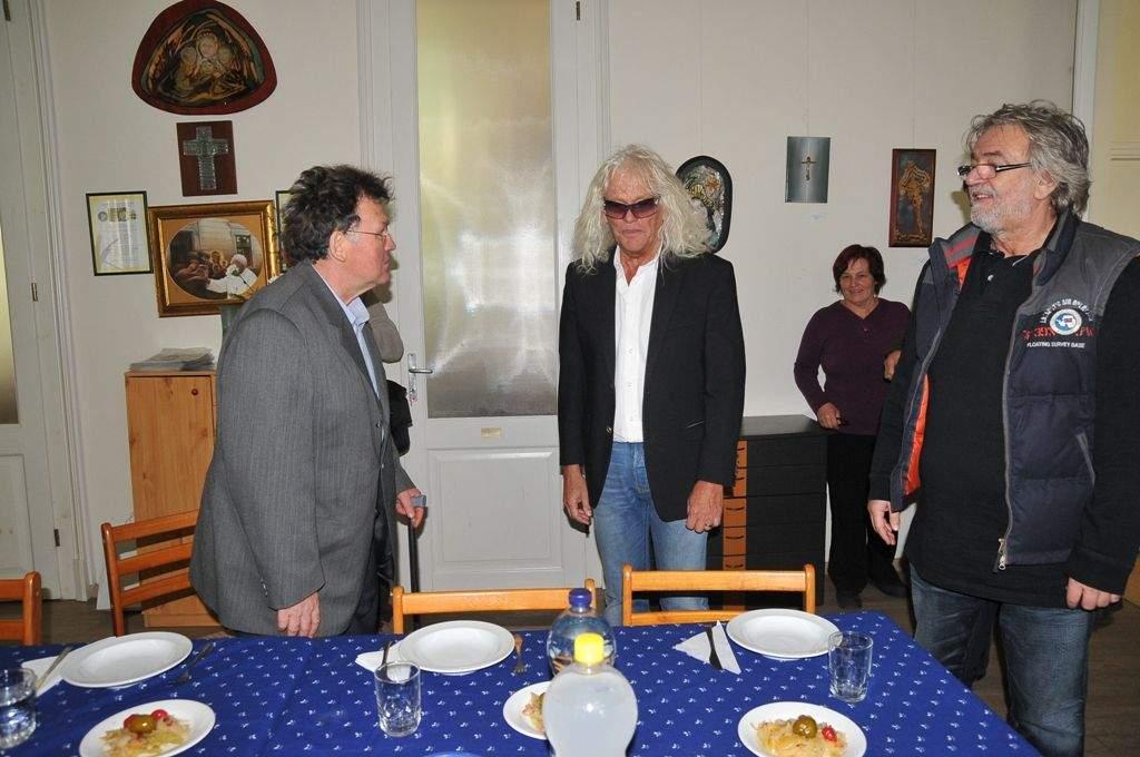Kóbor János járt a Wojtyla Házban és osztott ebédet a rászorulóknak