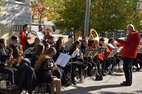 A Wojtyla Ház előtt tartott koncertet a Kecskeméti Városi Fúvószenekar