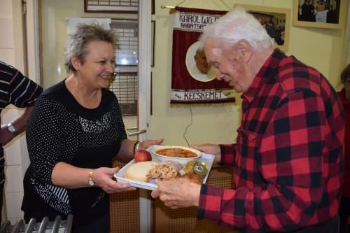 Tőzsér Judit és családja étkeztette a Wojtyla Ház sorsközösségét